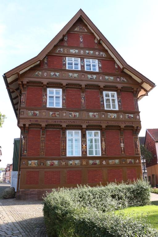 AlteLateinschule2013-03-Nord-FassadenachRenovierung