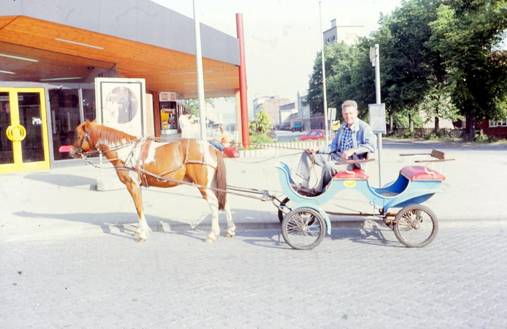 Bahnhofsplatz1985-06-09-01-Taxi-Bock-Dienstfahrt