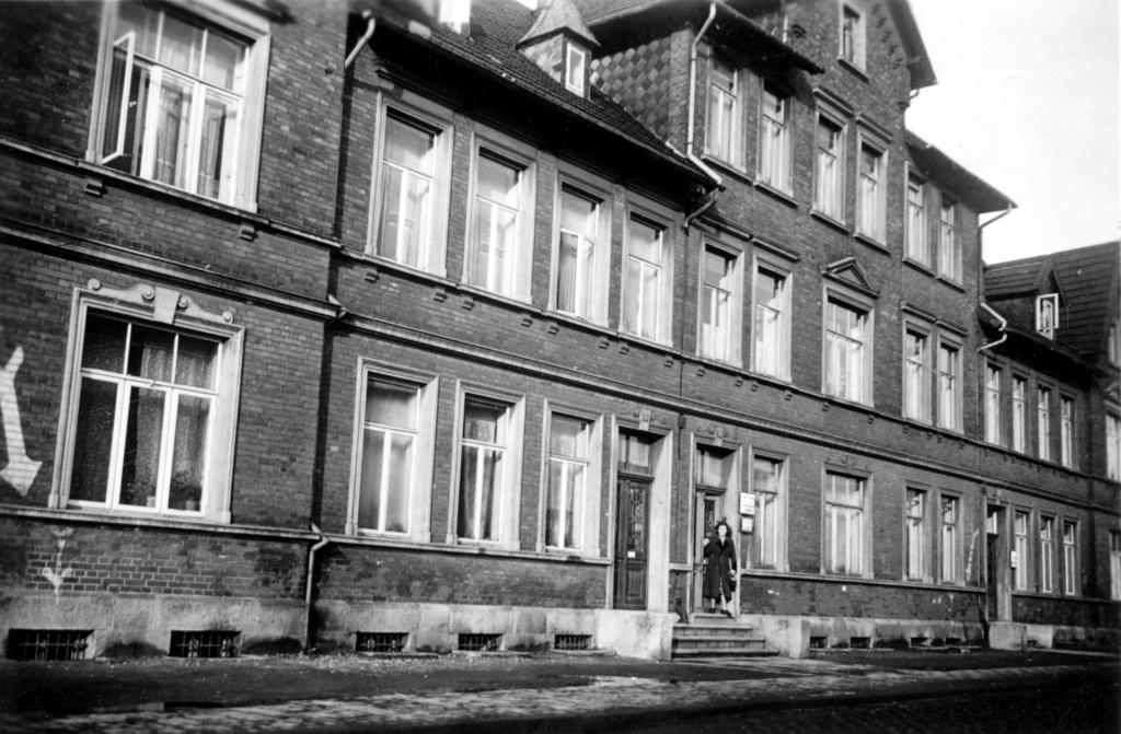 Bahnhofstr1950-01-08-01-Nr.19_MöbelhausRössig