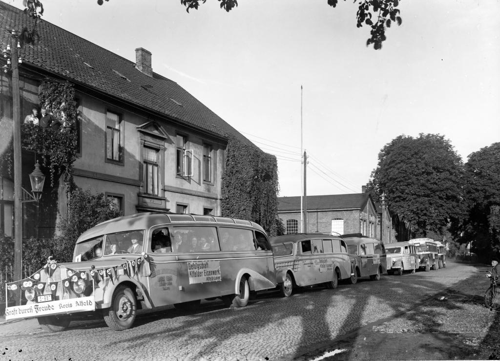 HannoverscheStr1930er-01-AlfelderEisenwerke-Gefolgschaft