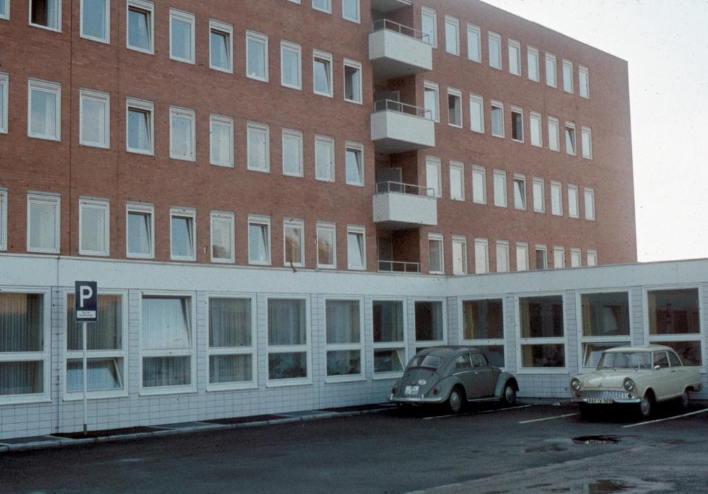 Krankenhaus1970er-07-ParkplatzRettungsfahrzeuge