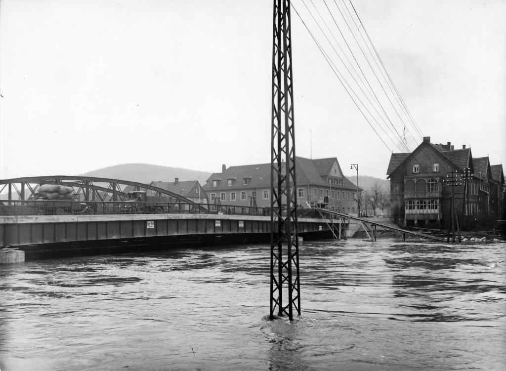 Leinebrücke1928-30-10-Bau-Hochwasser