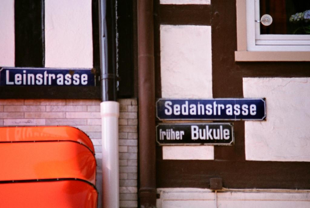 Leinstr1982-01-SedanstrBukuhle_Straßenschild_alt