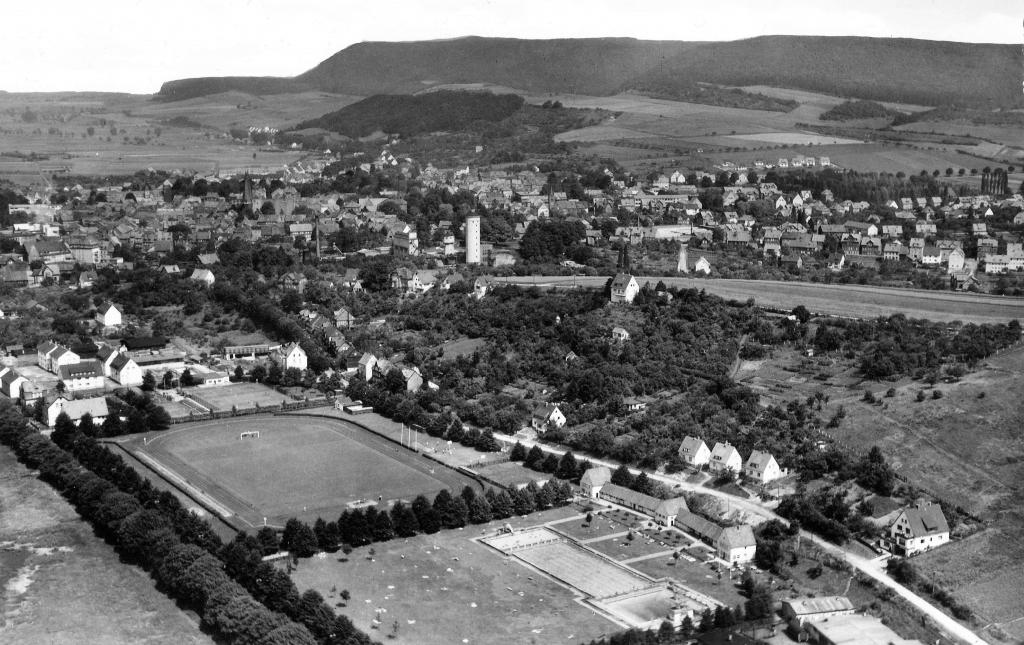 Luftbild1955-01-HindenburgStadion-Freibad