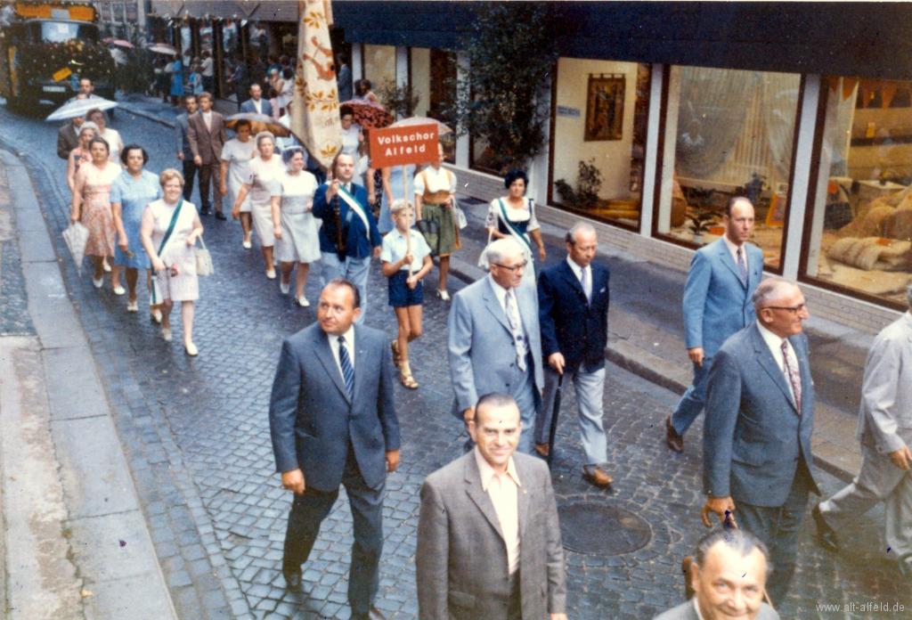 Schützenfest1971-06-Volkschor+MGV_FahnenträgerHorstJander
