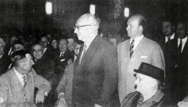 Erich Ollenhauer bei seinem letzten Besuch in Alfeld. Hinter ihm Landrat Wilhelm Hinsehe