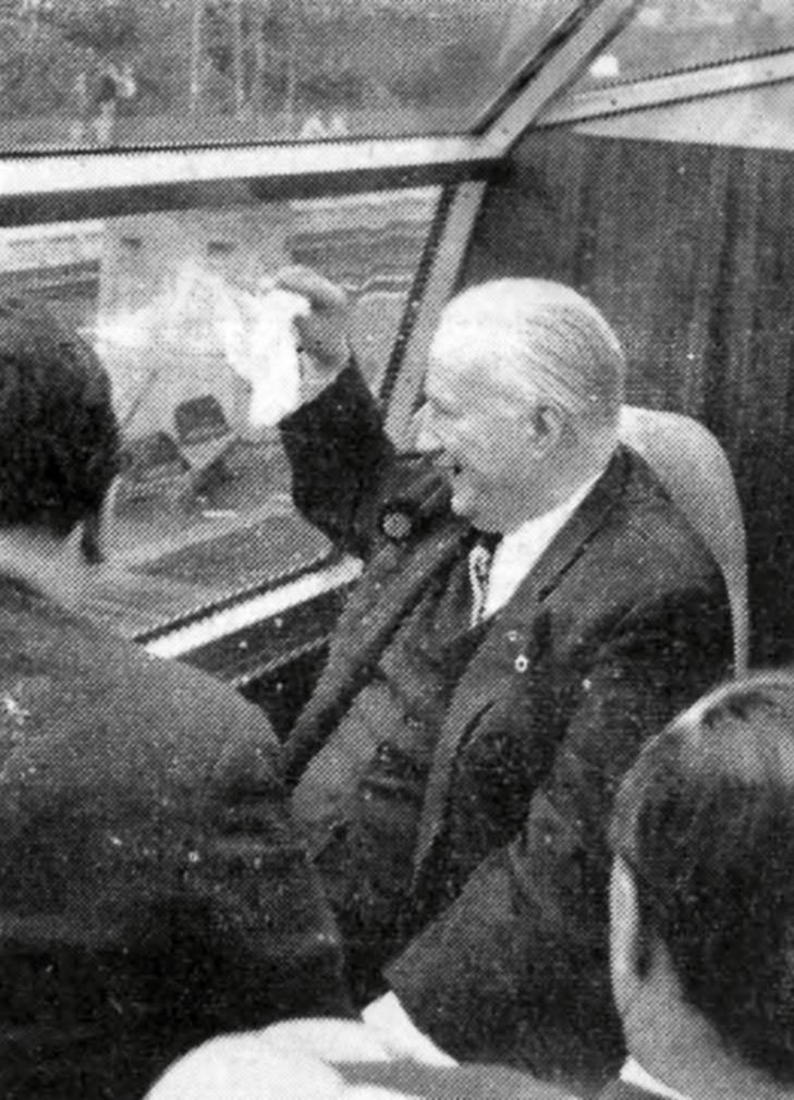 Bundesverkehrsminister D:-. Seebohm winkt bei der Fahrt durch den Kreis Alfeld aus dem ersten elektrischen Zug