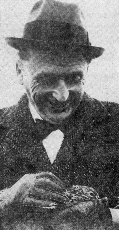 Oberkreisdirektor Lüdicke mit einem Häschen, das auf der Baustelle des Gymnasiums gefunden wurde