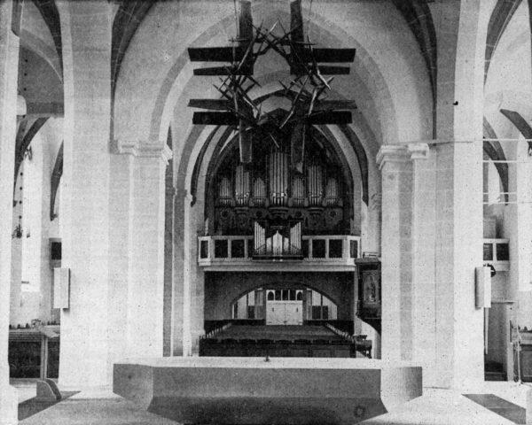 Ein'neues Hängekreuz schmückt den Altarraum der gründlich erneuerten St.-Nlcolai-Kirche In Alfeld