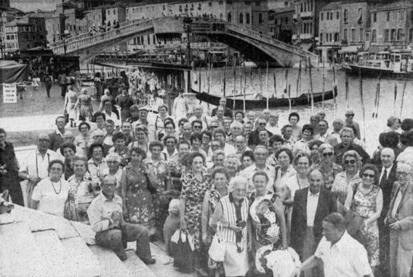 Eine Gruppe der Leserfahrt-Tellnehmer vor der RIaltobrücke in Venedig