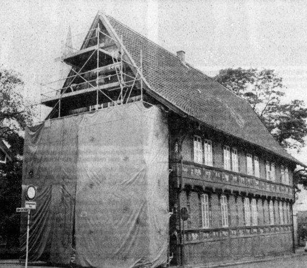 JULI: Mit der Restaurierung des Heimatmuseums wurde begonnen. Heute bietet sich noch ein ähnliches Bild In der Alfelder Semlnarstra8e