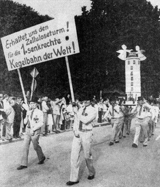 """AUGUST: Ausgelassen wurde das 8. Heimat- und Schützenfest in Alfeld gefeiert und der Kegelclub """"Schwarzes Schwein"""" gab Im Featumzug eine ute Anregung zur Nutzung der alten Zellulose"""