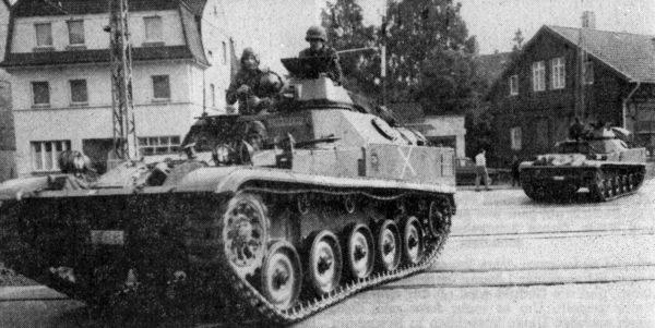 SEPTEMBER: Mit dem Herbst zogen auch wieder zahlreiche Manöverln unseren Raum ein. Panzer, schwere Lkw und Soldaten prägten wochenlang das Stra8enblld In und um Alfeld